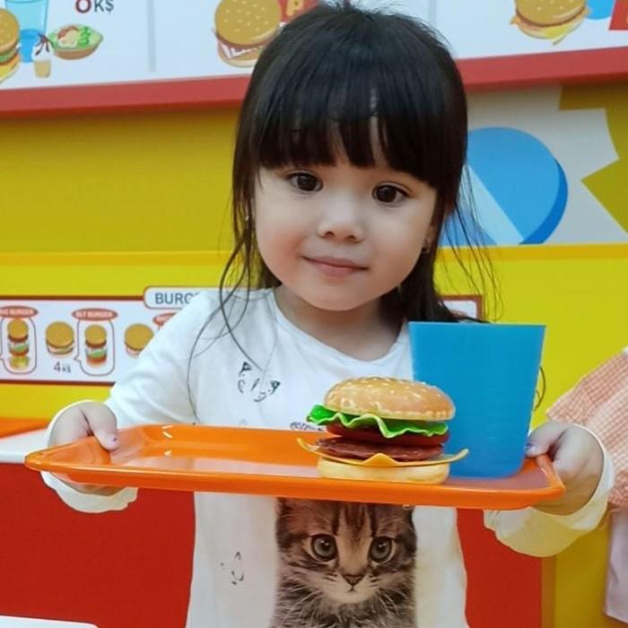 Kalau yang ini sih bukan burger beneran. Meskipun ini adalah burger mainan, akan tetapi Gempi dengan mahir menyusunnya jadi tumpukan burger yang yummy. Foto: Instagram @gadiiing