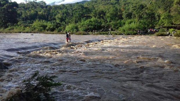 Jembatan Mangkrak, Warga Rela Lintasi Air Deras untuk Beli Sembako