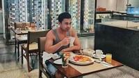 Foto Raditya Dika saat sarapan yang dituduh editan padahal asli. (Dok. Instagram/raditya_dika)