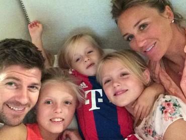Kompak terus ya Gerrard dan keluarga. (Foto: Instagram/stevengerrard)