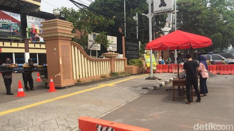 Polres Jaktim Dijaga Ketat, Pengunjung Dilarang Bawa Tas Masuk