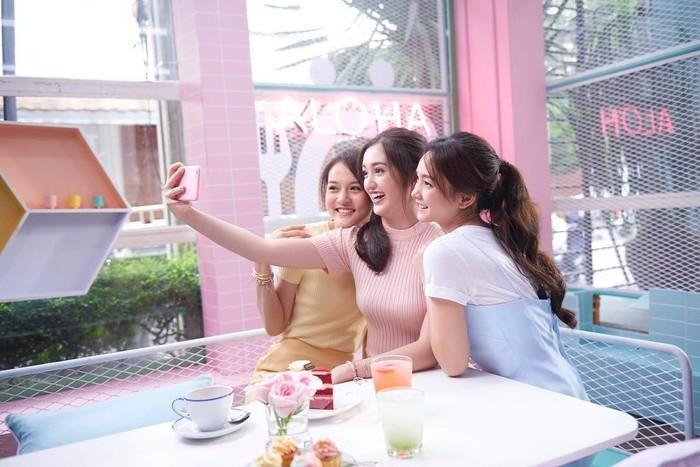 Ranty yang berdarah Manado Korea ini punya senyum manis yang khas. Bersama rekan-rekannya, Ranty terlihat asyik hang out sambil ngeteh cantik. Foto: Instagram