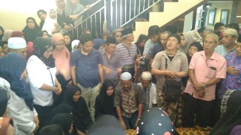 Tangis Sambut Jenazah Ipda Auzar yang Ditabrak Teroris