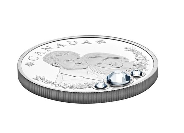 Nah, 3 kristal Swarovski juga terpasang di koin spesial ini. Ketiga kristal itu menggambarkan cincin pertunangan Meghan Markle dengan 3 berlian (Royal Canadian Mint)