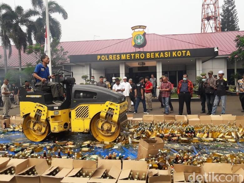 Polres Bekasi Musnahkan 9.000 Botol Miras dan Ganja
