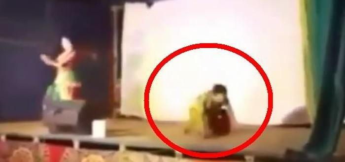 Pria ini sedang memerankan seorang tokoh di atas panggung. Namun ketika sedang menari, ia tersungkur jatuh dan meregang nyawa. Foto: Instagram
