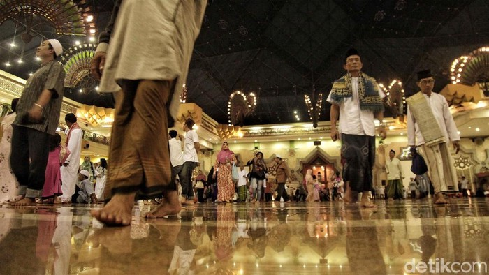 Umat muslim melaksanakan salat tarawih perdana di Masjid Islamic Centre, Jakarta Utara, Rabu (16/5/2018). Salat tersebut menandakan bahwa besok telah memasuki bulan suci Ramadan.