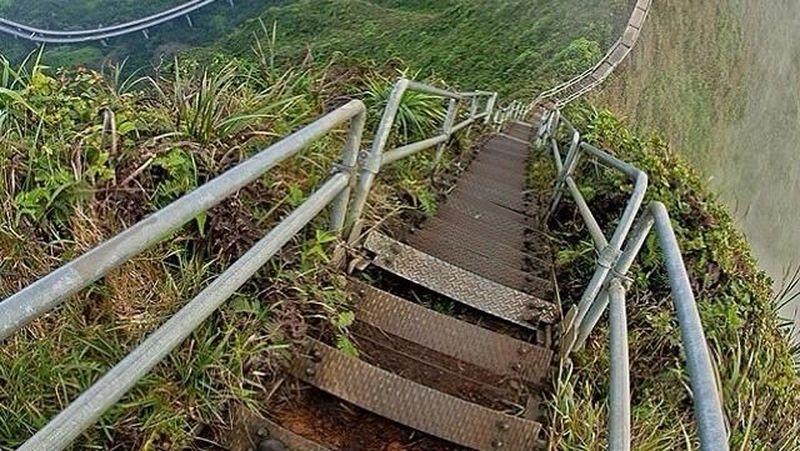 Tangga ini berada di Pegunungan Oahu Koolau dan berada di Hawaii, Amerika Serikat. (haiku_stairs/Instagram)