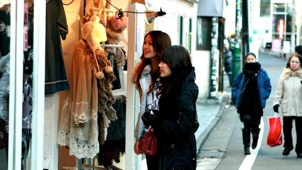 Belanja di Tokyo, coba ke Isetan Shinjuku yang begitu luas. Di sini ada shopping consultant yang bisa membantu kamu memilih barang apa yang sebaiknya dibeli (JNTO)