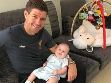 Nggak cuma jago di lapangan, Ayah Gerrard jago juga urus anak nih. Hi-hi. (Foto: Instagram/stevengerrard)