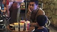 Ia juga mengunggah kejadian kocak di mana tiba-tiba saja datang seorang anak yang duduk di bangkunya, wah udah cocok jadi ayah nih? (Dok. Instagram/raditya_dika)