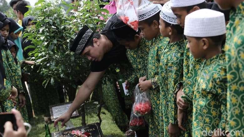 Doa Billy Syahputra di Pusara Olga Syahputra