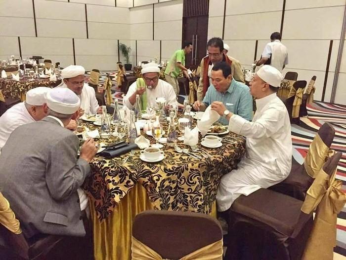 Begini gaya makan Tommy Soeharto bersama Habib Rizieq hingga tokoh Front Pembela Islam lainnya. Kira-kira apa, ya yang dimakannya kala itu. Pasalnya ia terlihat sangat lahap memakannya. Foto: Instagram plural.idn