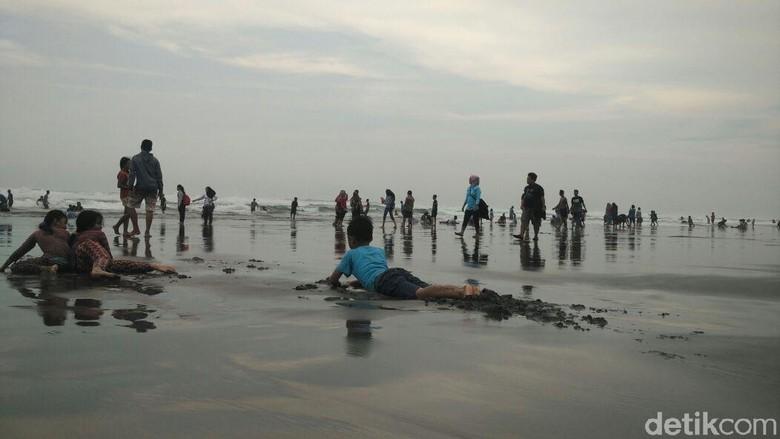 Besok Puasa, Pantai Parangtritis Dipadati Warga yang Padusan