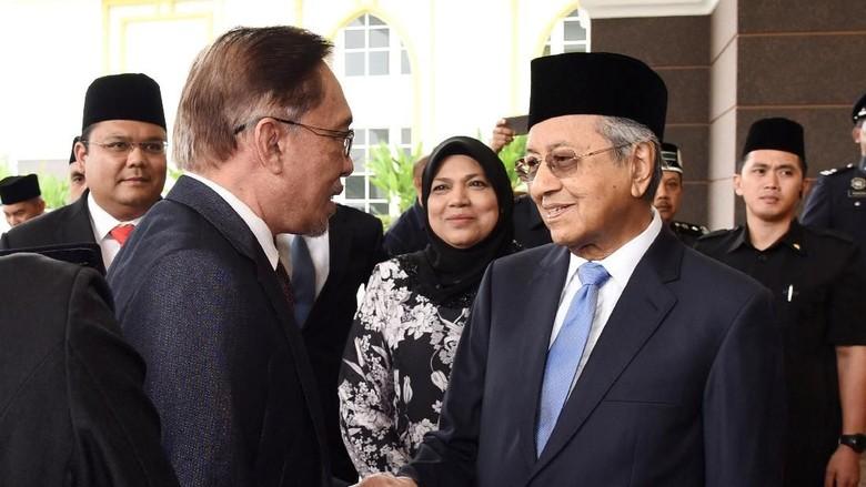 Koalisi Ajaib Mahathir-Anwar Tumbangkan Pemerintahan Najib Razak