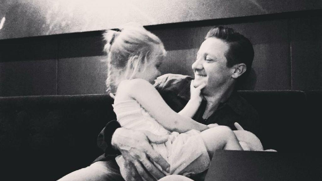 Momen Manis Jeremy Hawkeye Renner Bersama Putrinya