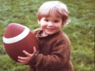 Nah, ini Ryan Renolds saat berusia dua tahun. Bagi anak dua tahun, bolanya terlihat begitu besar ya. (Foto: Instagram @vancityreynolds)