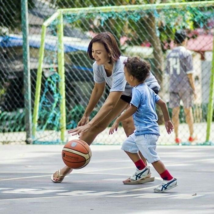 Ia juga sesekali menemani anak bungsunya bermain basket. (Foto: Instagram/wanda_hamidah)