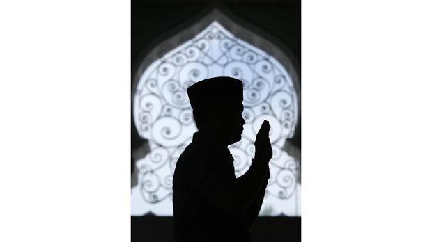 Umat muslim melaksanakan salat sunat dhuha pada hari pertama bulan Ramadan di Masjid Raya Baiturrahman, Banda Aceh, Aceh, Kamis (17/5). Pada setiap bulan suci Ramadan, umat Islam memperbanyak amal ibadah guna memohon ampunan dan keridaan Allah SWT. ANTARA FOTO/Irwansyah Putra/aww/18.