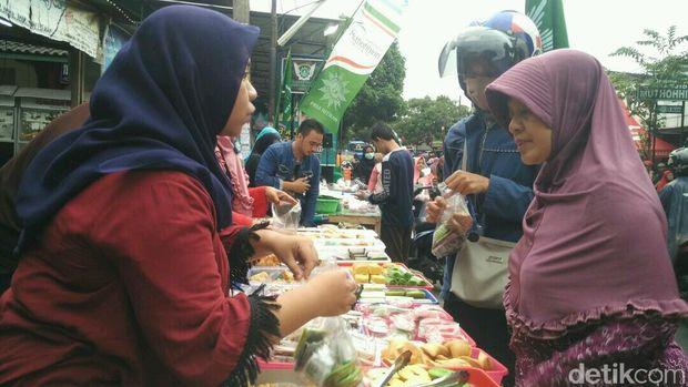 Berbagai jajanan pasar tradisional disajikan para penjual.