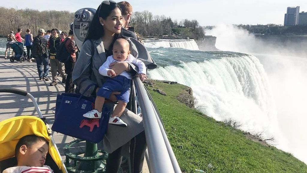 Foto: Travelingnya Titi Kamal & Sang Buah Hati di Kanada