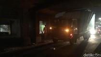 Truk Nyangkut di Jembatan Kereta Matraman