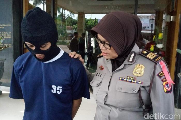 Tersangka penusukan seorang pemuda di Kabupaten Bandung. (Foto: Wisma Putra/detikcom).