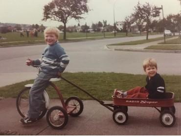 Ryan Renolds sepertinya dekat sekali dengan abangnya. Mereka senang bermain bersama. Tuh lihat foto ini, mereka berdua happy banget kan, Bun? (Foto: Instagram @vancityreynolds)