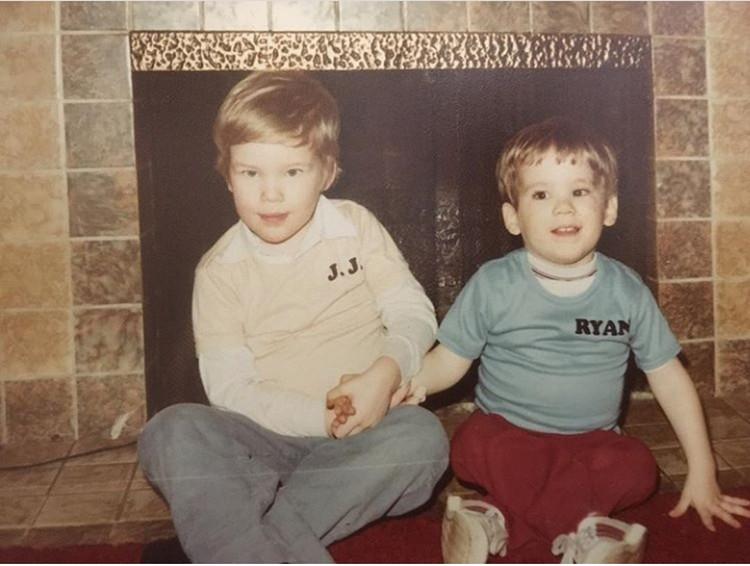 Bocah kecil di sebelah kanan dengan baju bertulis Ryan adalah Ryan Renolds saat masih kecil. Lucu dan imut ya? (Foto: Instagram @vancityreynolds)