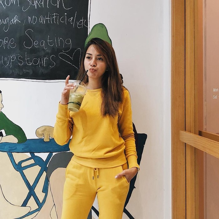 Smoothies-nya ijo, bajunya koneng, tulis Kirana. Meski posenya manyun, gaya Kirana menikmati smoothies ini tetap keren ya? Foto: Instagram kiranalarasati
