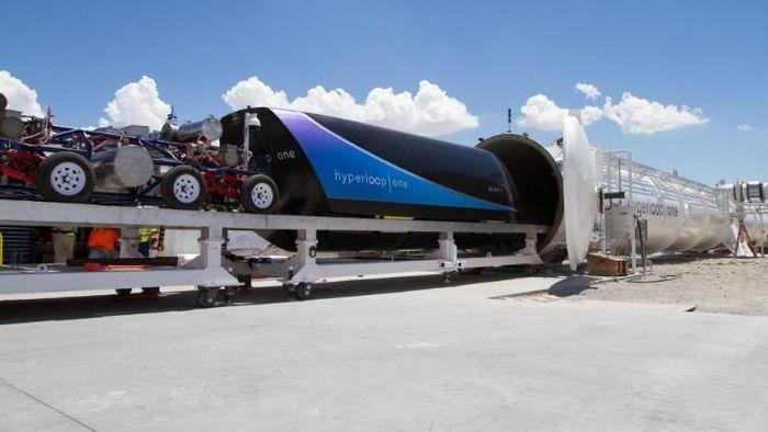 Hyperloop bisa mengantar orang dengan kecepatan hingga 965 km/jam, menjadikannya kereta tercepat di dunia setelah beroperasi nanti. Saat ini uji coba masih dilakukan oleh Elon Musk. Istimewa/money.cnn.com