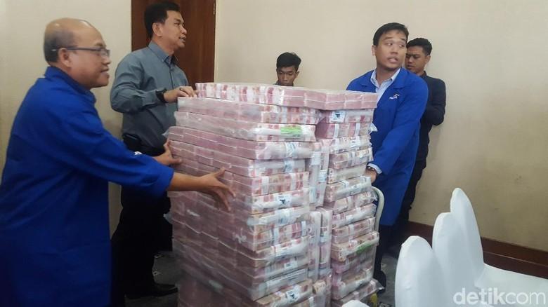 Foto: Tumpukan Duit Segunung Rp 87 M Milik Koruptor Samadikun