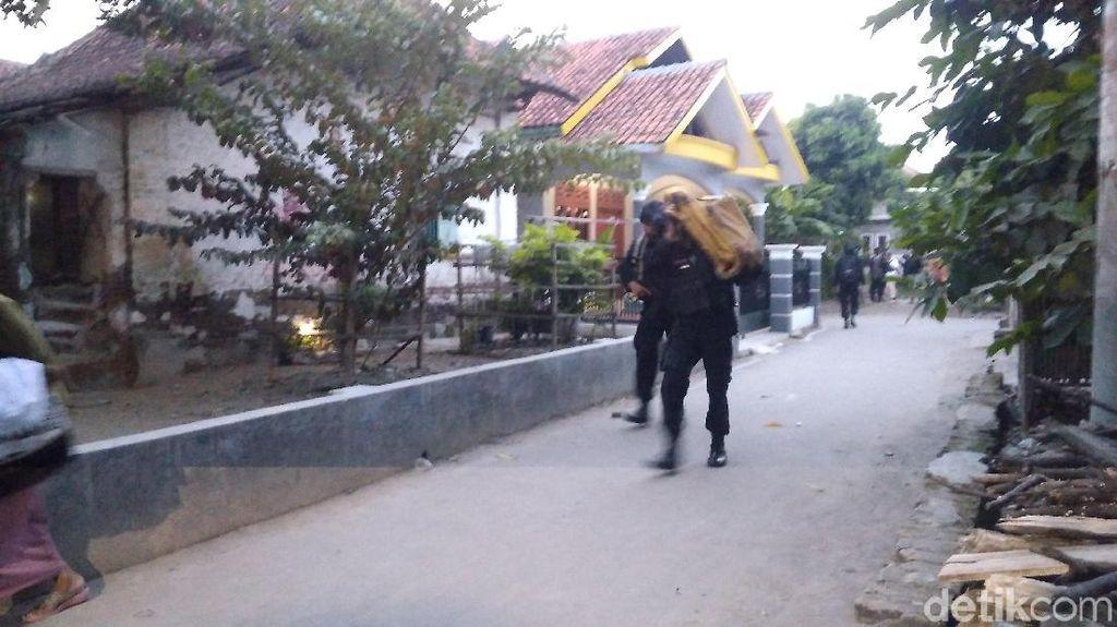 Tangkap 2 Terduga Teroris di Cirebon, Densus Sita Aki Besar