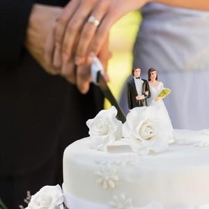 Kasihan, Pengantin Ini Menangis Saat Tahu Kue Pernikahannya dari Styrofoam
