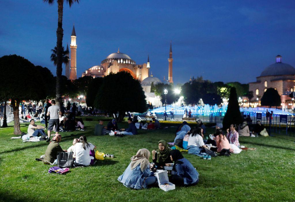 Hari ini Sebagain besar negara Muslim mulai menjalankan ibadah puasa. Berbeda dari negara lain, warga Turki menjalankan puasa sejak rabu kemarin.