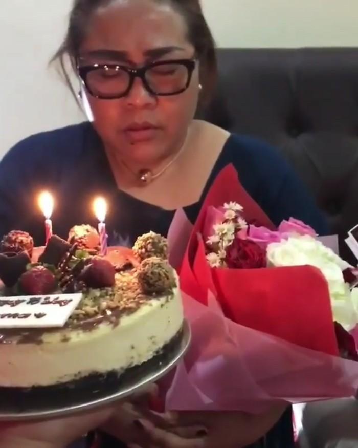 Foto ini diambil saat Nunung merayakan ulang tahunnya. Sebelum meniup lilin, Nunung terlihat berdoa dulu dengan mata tertutup. Foto: Instagram