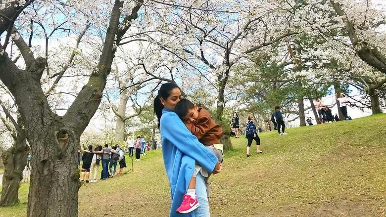 Titi Kamal Berbagi 5 Tips Bepergian Jauh dengan Anak/ Foto: (titi_kamall/Instagram)