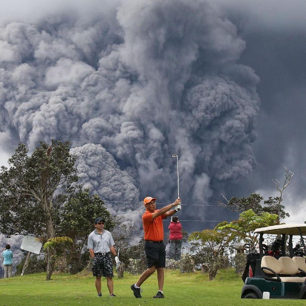Ngeri! Main Golf Dekat Gunung Meletus
