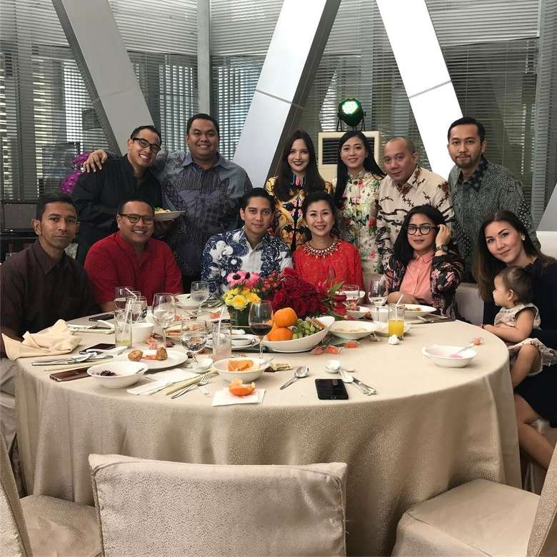 Pria bernama lengkap Anindra Ardiansyah Bakrie ini terlihat sangat senang melahap sajian yang ia makan bersama istri dan keluarganya saat merayakan Imlek. Foto: Instagram @ramadhanibakrie