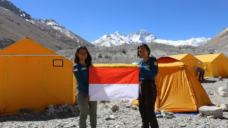 Mathilda dan Fransiska di Everest Base Camp (dok Tim WISSEMU)