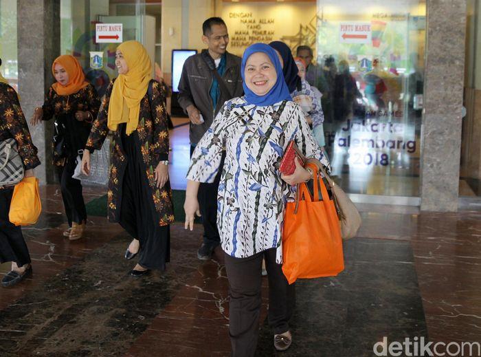 Sesuai dengan keputusan Gubernur Provinsi DKI Jakarta No. 801 Tahun 2018 tentang pengaturan jam kerja selama bulan Ramadan, Pegawai Negeri Sipil (PNS) pulang kerja lebih cepat yakni pukul 14.00 WIB.
