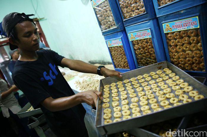 Pekerja membuat kue kering di Kwitang, Jakarta Pusat, Rabu (16/5/2018).
