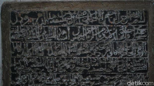 Prasasti di Masjid Menara Kudus.