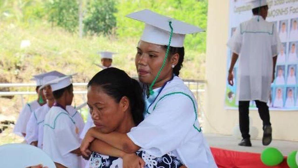 Foto Viral Ibu Gendong Putri yang Lumpuh Saat Wisuda Bikin Netizen Nangis