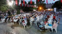 Suasana Hangat saat Warga Turki Berbuka Puasa di Hari Pertama