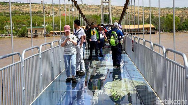 Traveler sedang berjalan di atas jembatan kaca 3D (Wahyu/detikTravel)