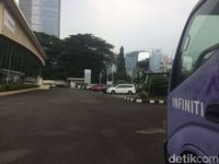 Mobil towing Infiniti.