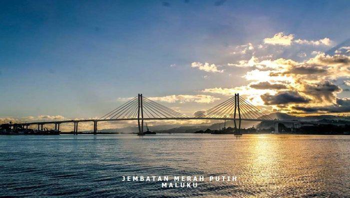 Ini adalah Jembatan Merah Putih yang kini menjadi ikon baru pariwisata Kota Ambon. Jembatan ini adalah salah satu jembatan bentang yang telah selesai dalam periode 2015-2017. Jembatan ini berdiri megah membentang di atas Teluk Dalam Pulau Ambon, menghubungkan Desa Rumah Tiga, Kecamatan Sirimau di sisi utara dan Desa Hatige Kecil/Galala, Kecamatan Teluk Ambon di sisi selatan dengan biaya Rp 772,9 miliar. Istimewa/Kementerian PUPR.