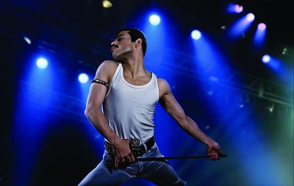 Lewat akting Rami Malek, Freddie Mercury tampak seperti hidup di film Bohemian Rhapsody. Film yang menceritakan perjalanan band asal Inggris, Queen ini mendapat banyak pujian. Tak ayal, pendapatan filmnya sudah meraup lebih dari USD 122,5 juta atau sekitar Rp 1,8 triliun (Dok. Twentieth Century Fox Film Corporation)