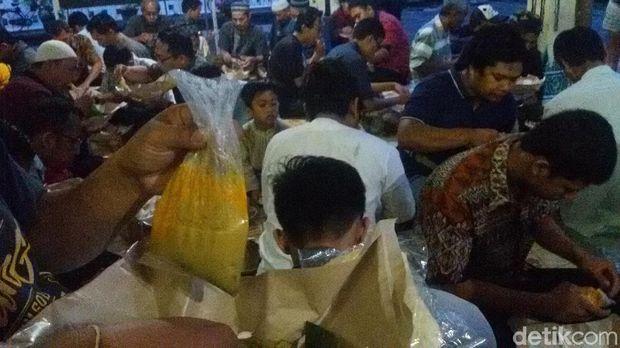Tiap Kamis, Masjid Besar Yogya Sediakan Takjil Gulai Kambing